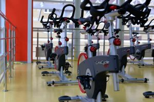 Spin bike: allenare muscoli e fiato pedalando nel salotto di casa