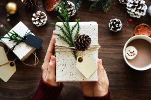 Regali di Natale: 5 libri impegnati, divertenti o interessanti da donare sotto l'albero