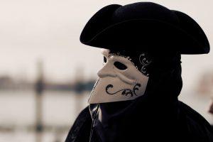 Costumi di carnevale uomo: il travestimento ideale per affrontare i giorni più divertenti dell'anno