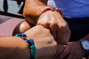 Bracciale da uomo: cinque modelli di tendenza per un'estate scintillante