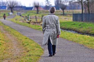 Trench da uomo: un modello intramontabile per affrontare l'autunno