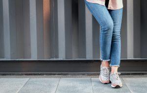 Jeans economici da donna: cinque proposte glamour a meno di 50€