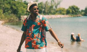 Camicia hawaiana, il look esotico che torna di moda in attesa dell'estate